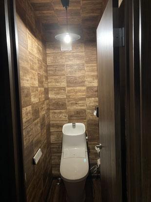 倉庫のような雰囲気のあるトイレです。